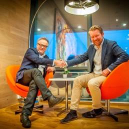 Pål og Anders sitter å tar hverandre i hendene. Foto: Christine Karijord