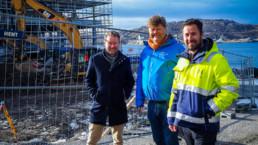 Morten, Anders og Mathias står foran hotelltomta. Foto: Christine Karijord/Hundholmen Byutvikling