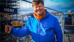 Morten står foran hotelltomta. Foto: Christine Karijord/Hundholmen Byutvikling